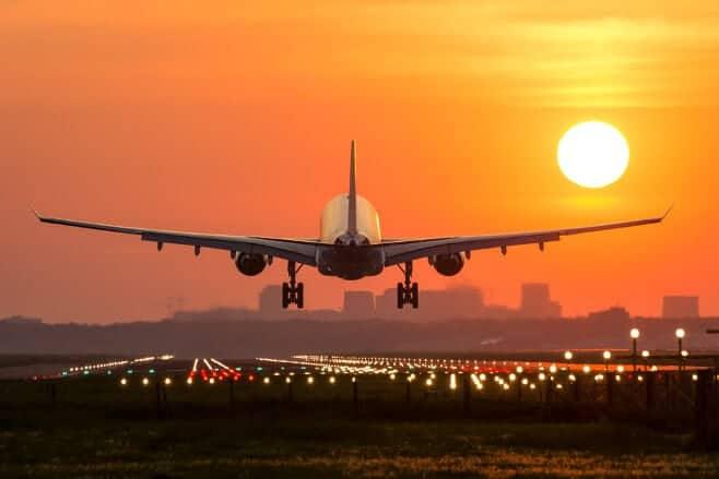 Cómo superar un vuelo largo en avión y no morir en el intento - Imanes de  viaje